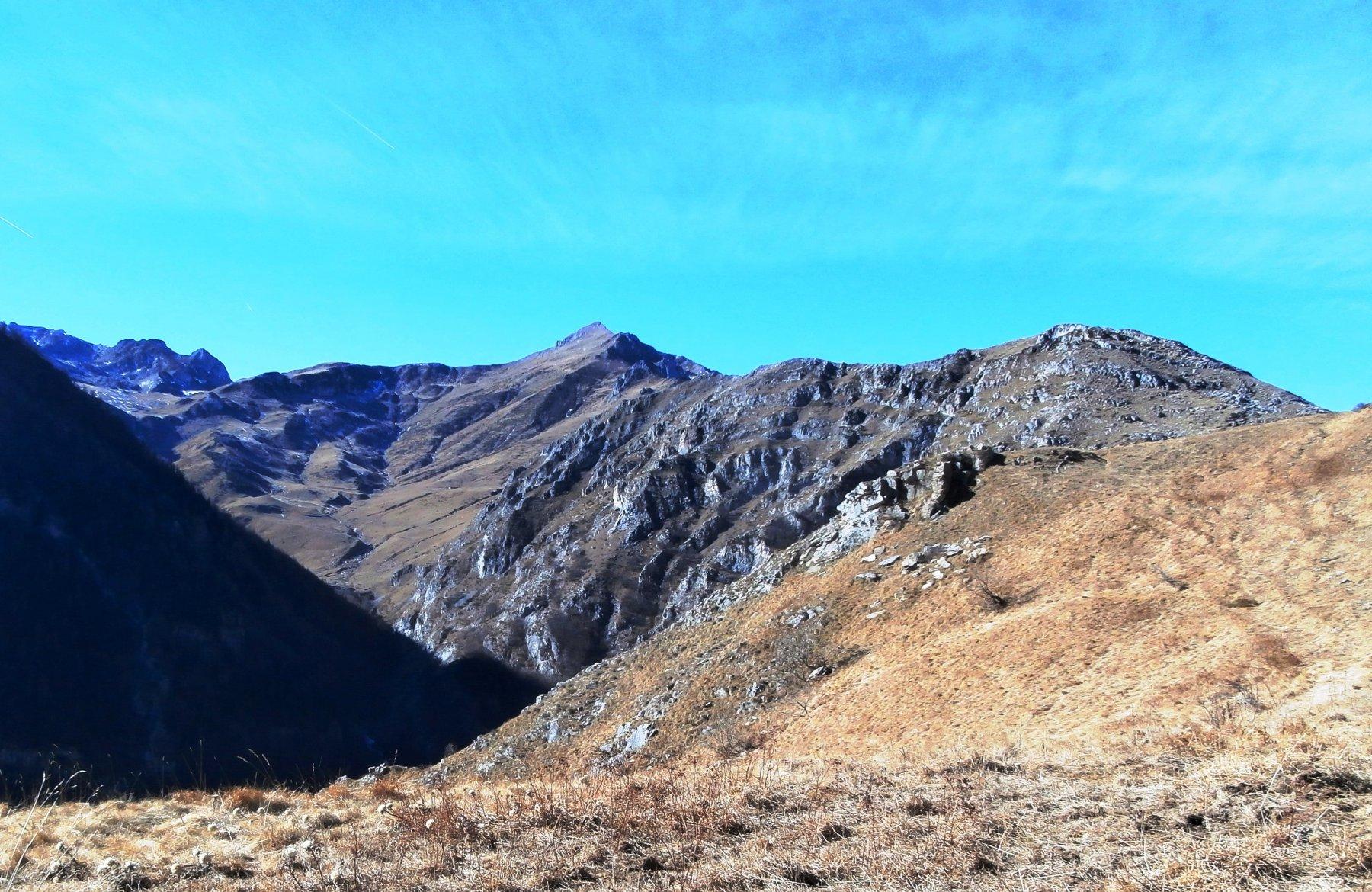 La lunga cresta che porta al Mondolè