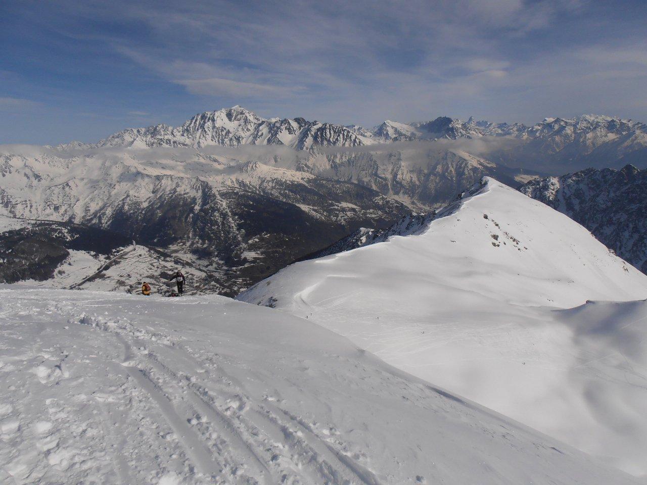 04 - arrivati in cima, sguardo verso Mont Velan dietro e Testa Cordella in primo piano