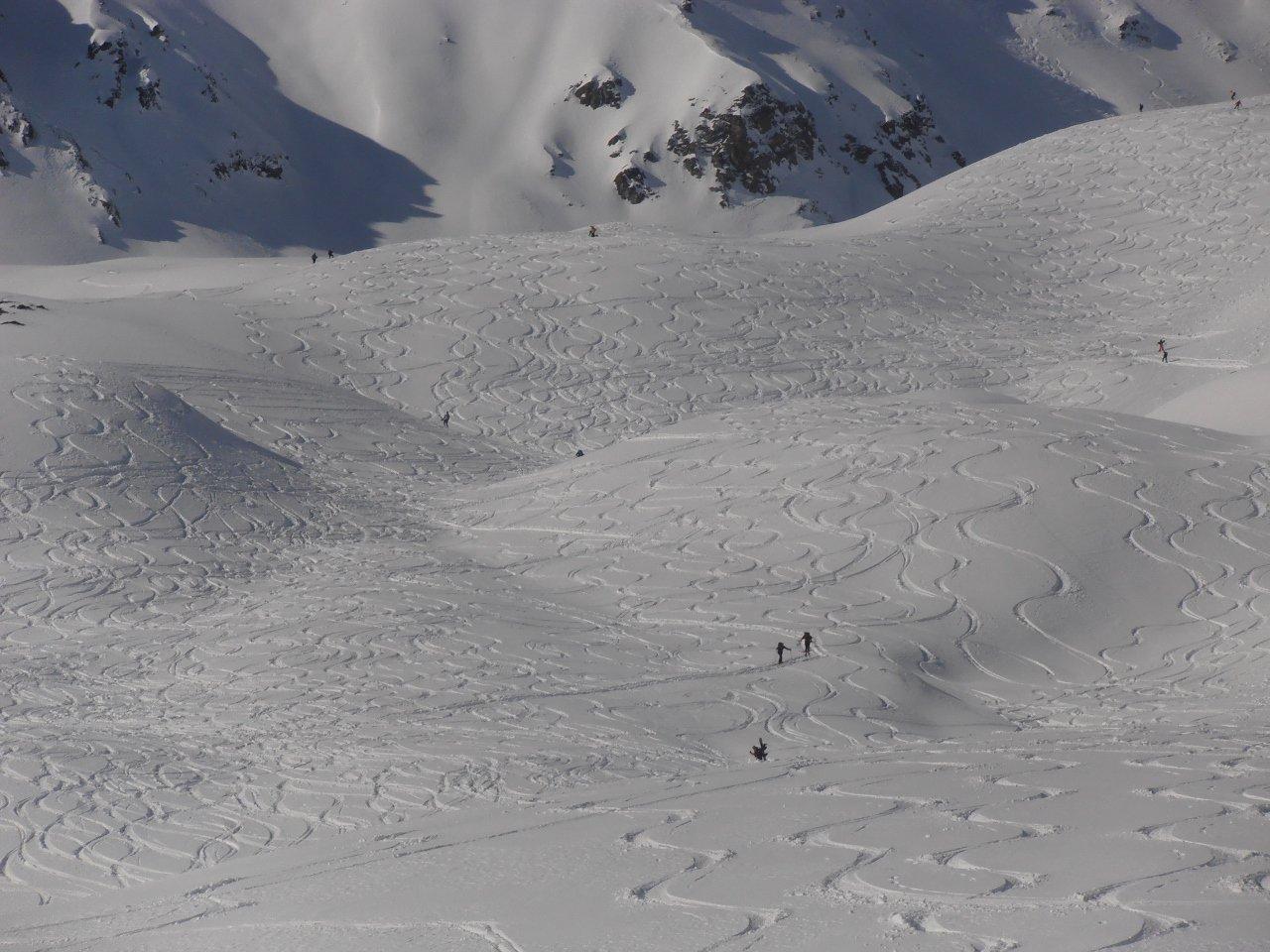 02 - una montagna completamente ricamata dagli scialpinisti