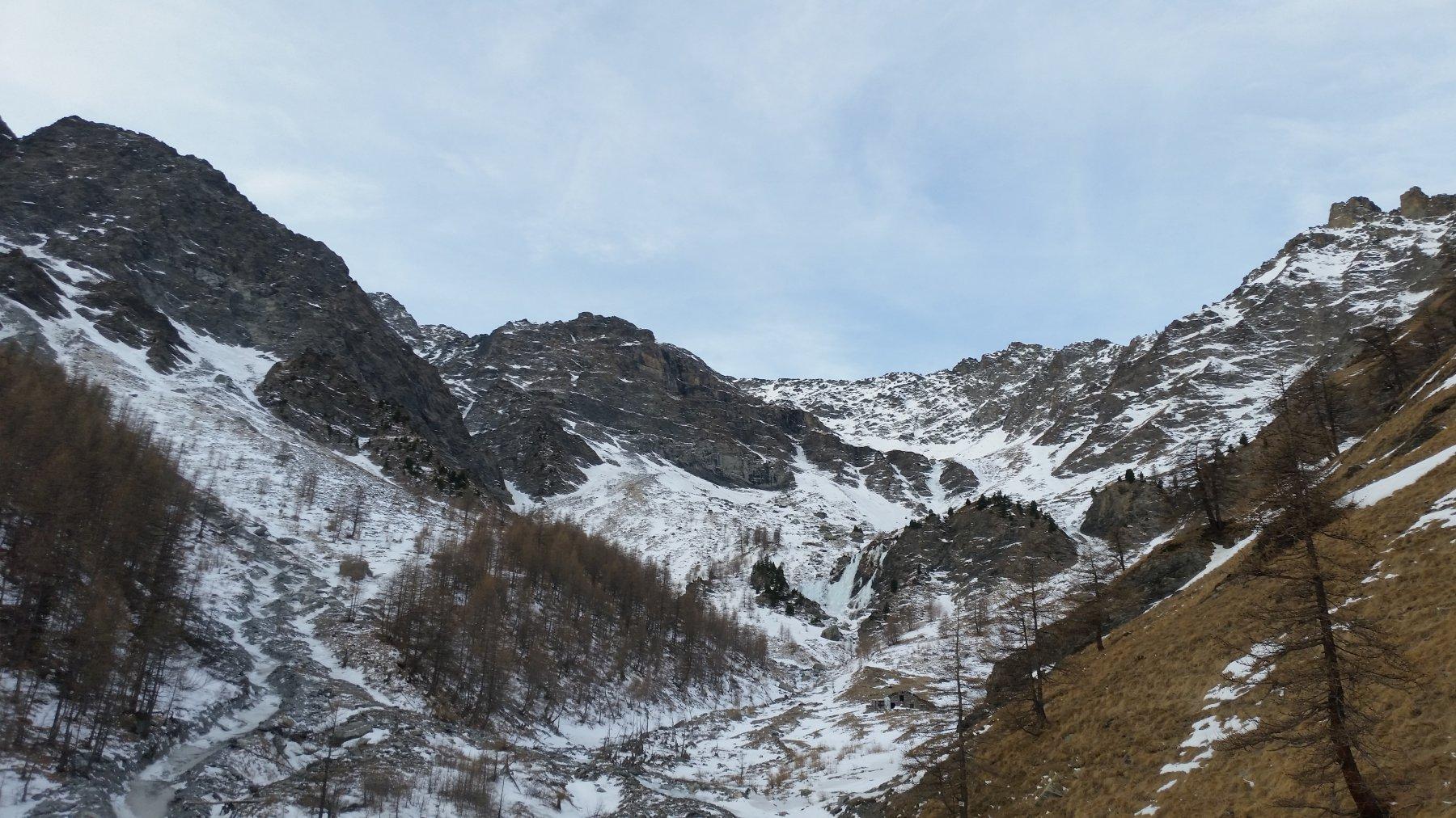 il vallone si apre, in fondo le cascate