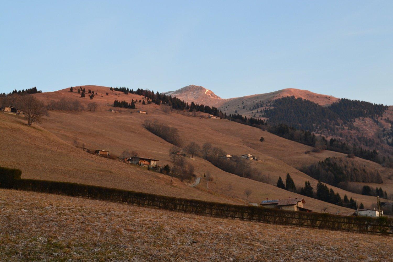 i pascoli prativi dopo la chiesa con la cima del Vaccaro al centro