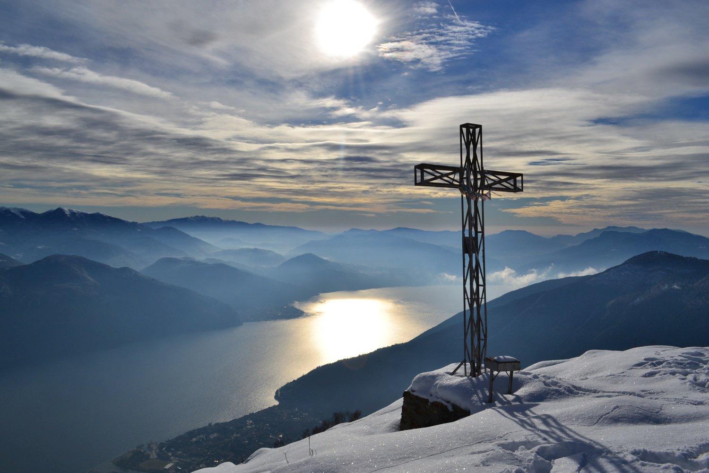 croce di vetta a picco sul lago