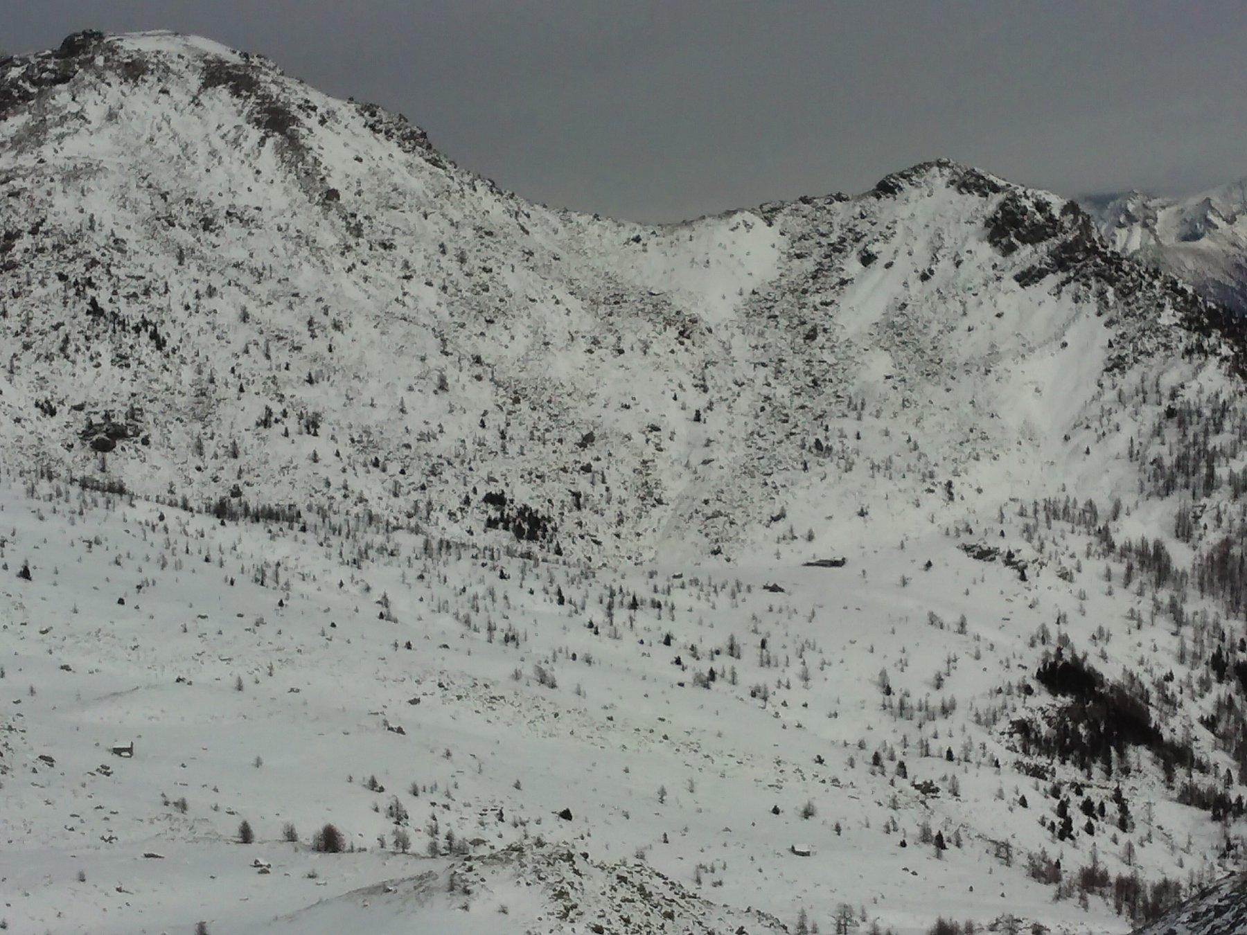 Poco a destra del centro-immagine, il piano del lago e del ristoro  Muffé visto dalla cima.