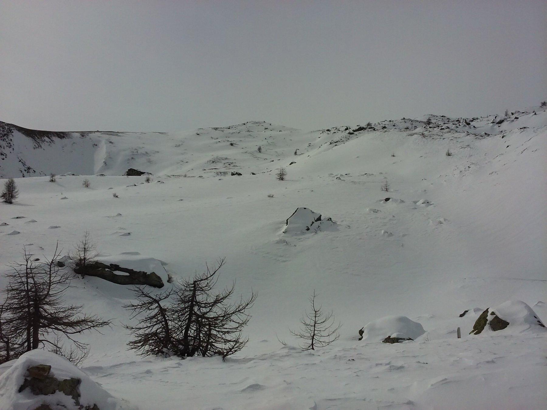 Sullo sfondo, la cima vista dai pressi del lago Vernoille.