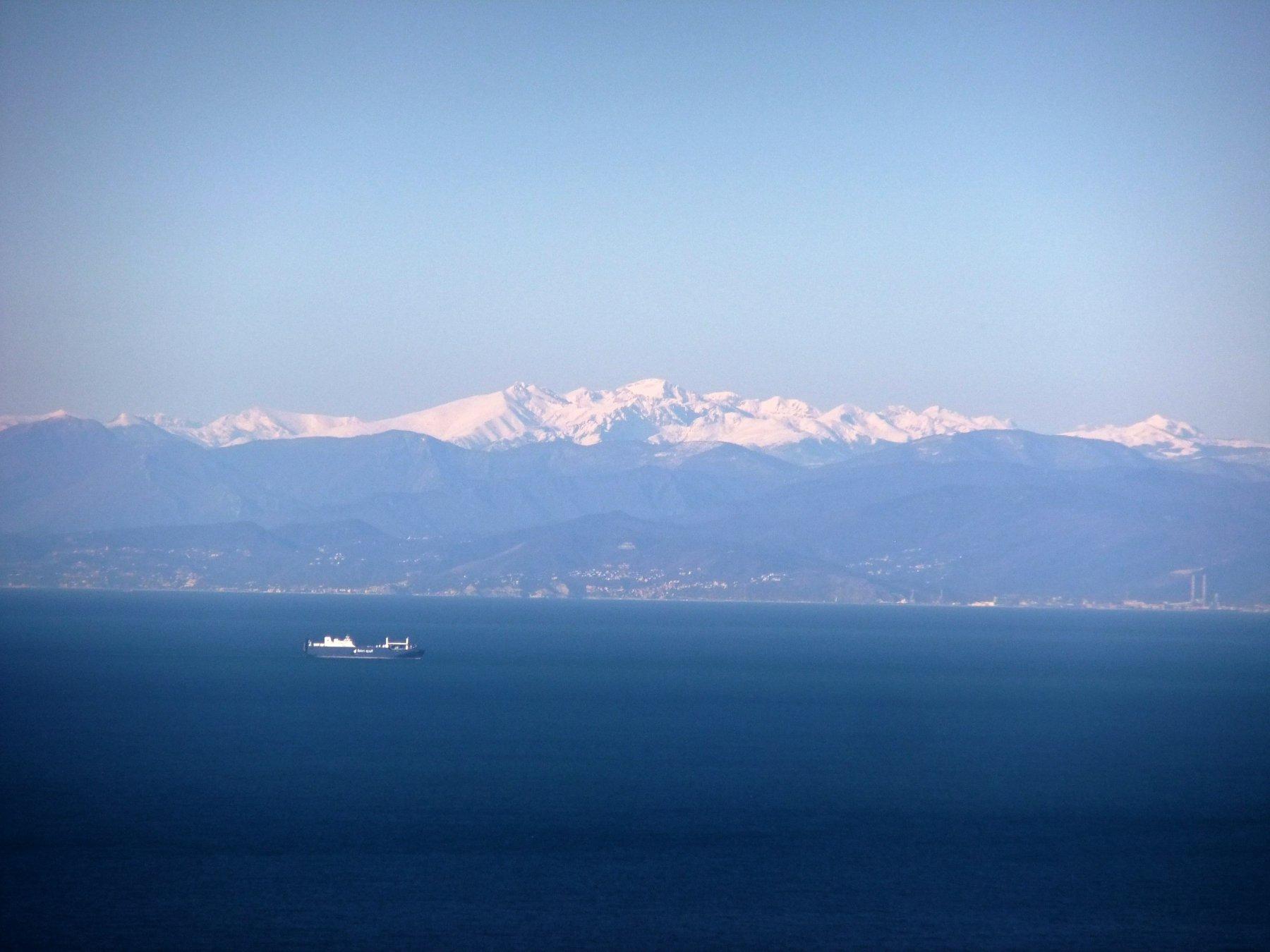 Il Mongioie svetta sulle lontane Alpi Liguri