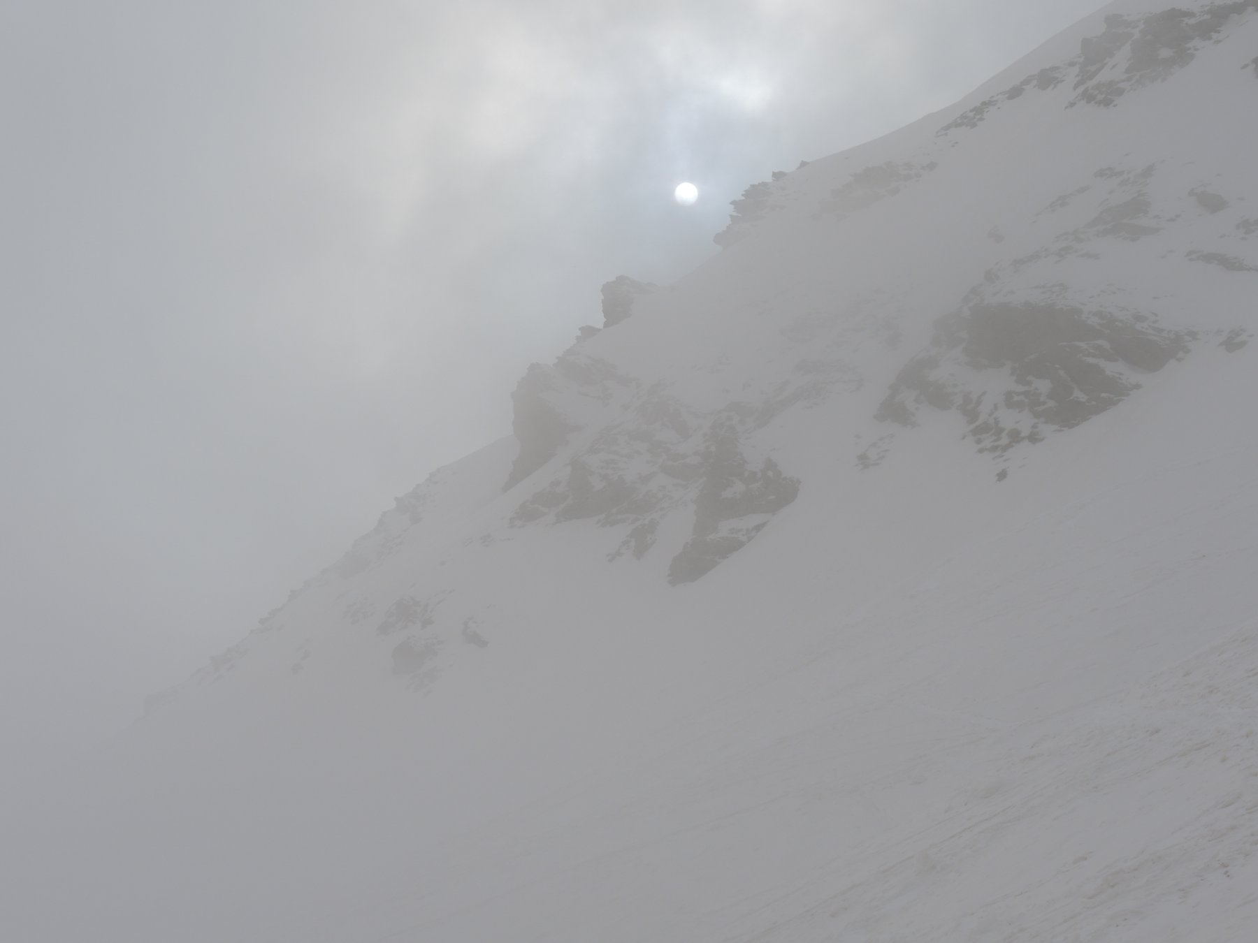 Sole e nuvole durante la salita all'Enclausetta