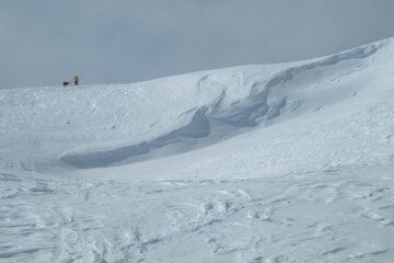 La cornice di neve al colle    I   On trouve souvent une corniche au col   I   The snow cornice at the col    I   Häufig am Sattel, die Schneewechte   I   A menudo cornisas de nieve en el collado