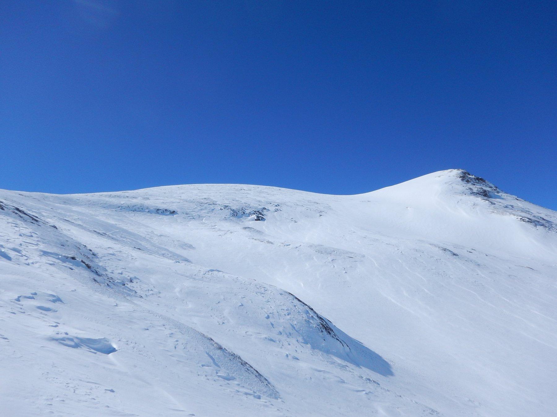 Calotta terminale, a destra il valloncello di discesa con bella neve