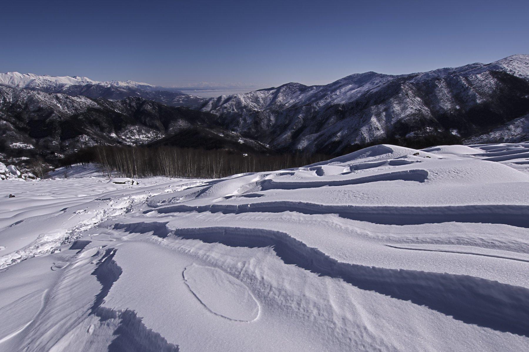 Il vento ha rimodellato la neve pressata da sci e ciaspole