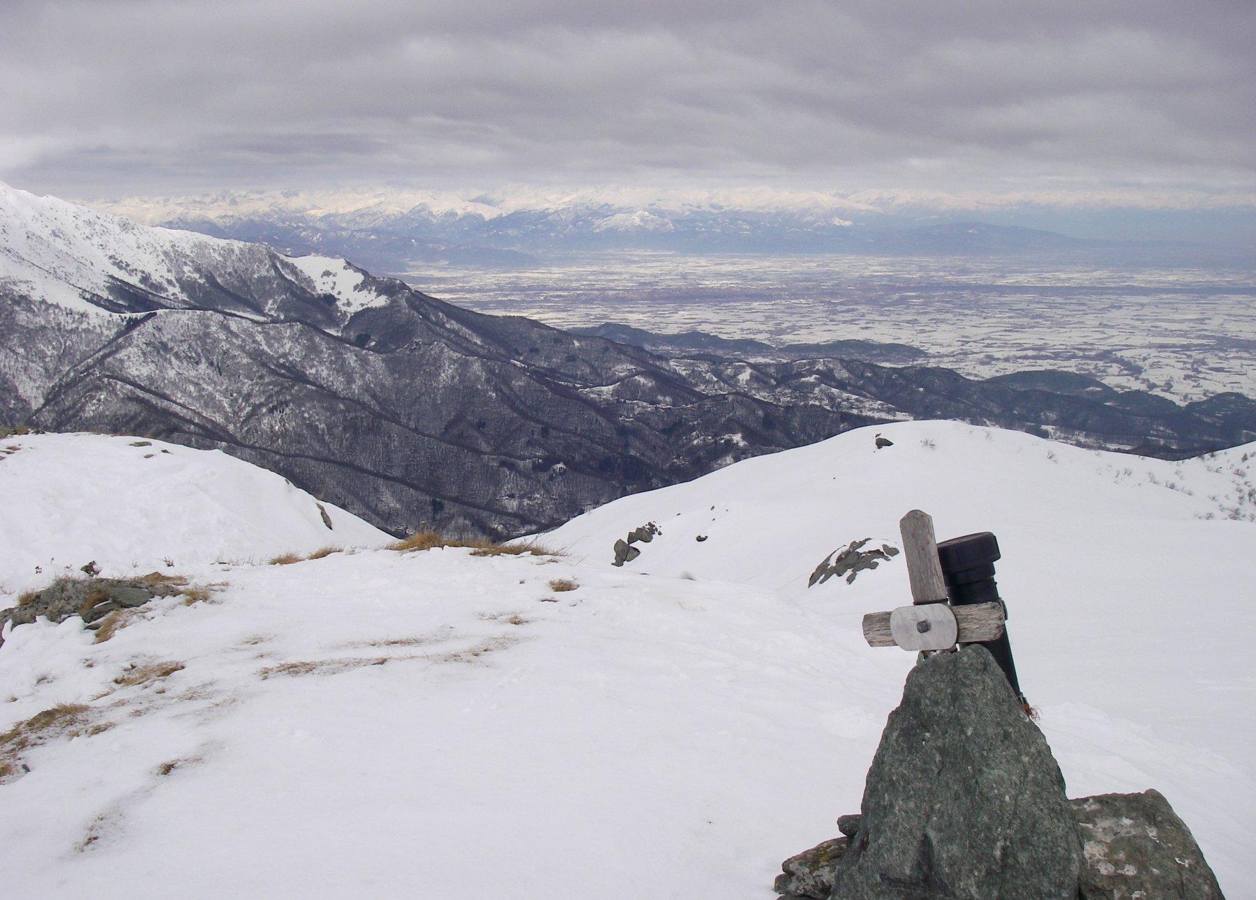 Dalla cima, la pianura e Cuneo in lontananza