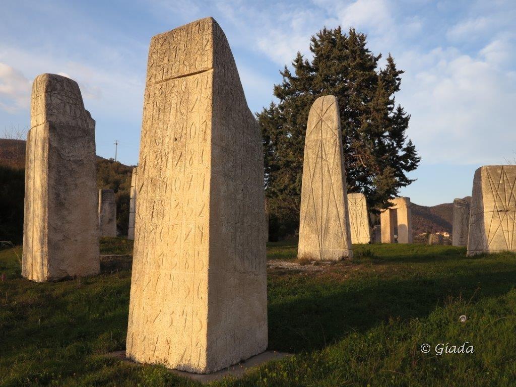 Altri Giganti: le sculture di Kriester a Castellaro dove si posteggia l'auto
