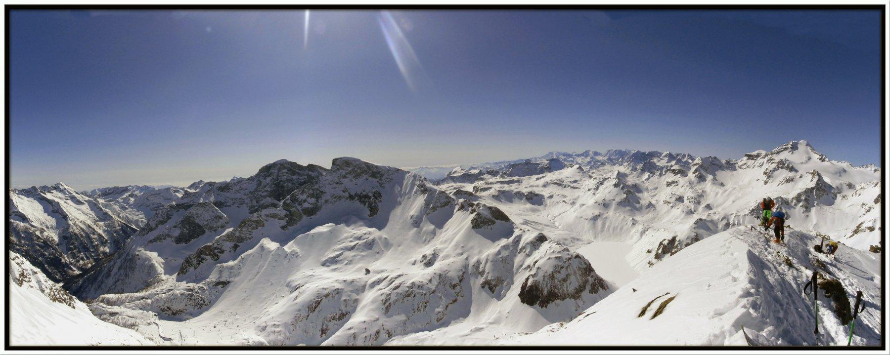 panorama mozzafiato con lago Vannino ghiacciato sotto