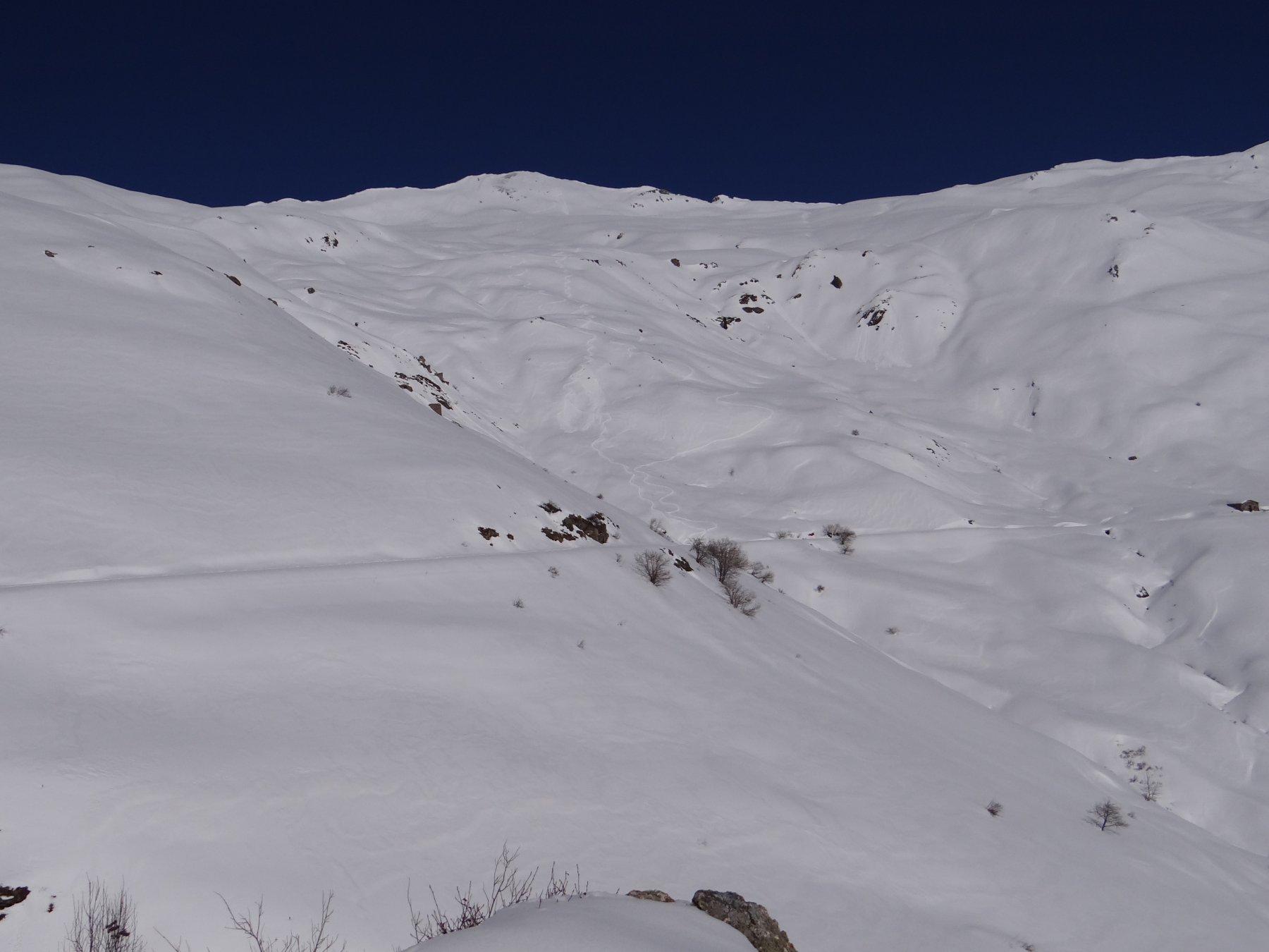 Piccoli distacchi di neve umida sui pendii più ripidi