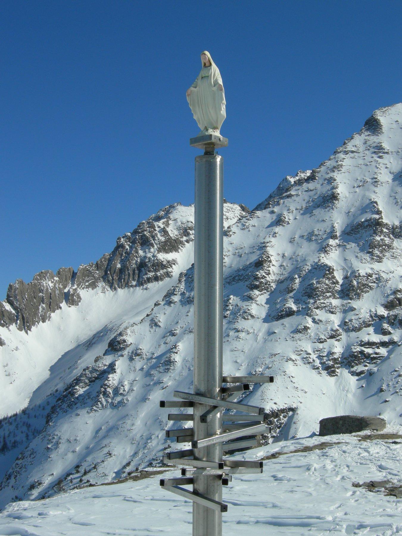 la Madonnina con le indicazioni delle principali vette visibili dalla cima