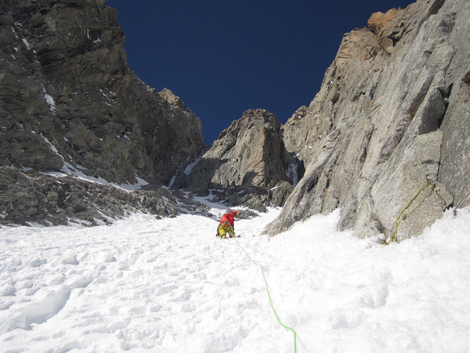 lungo il canalone nevoso, la Gabarrou e' visibile sulla sx