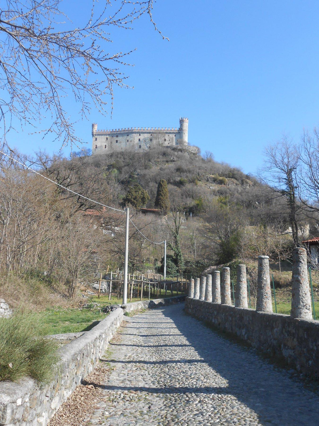 avvicinandosi al Monte di Maggio, nascosto dietro il castello