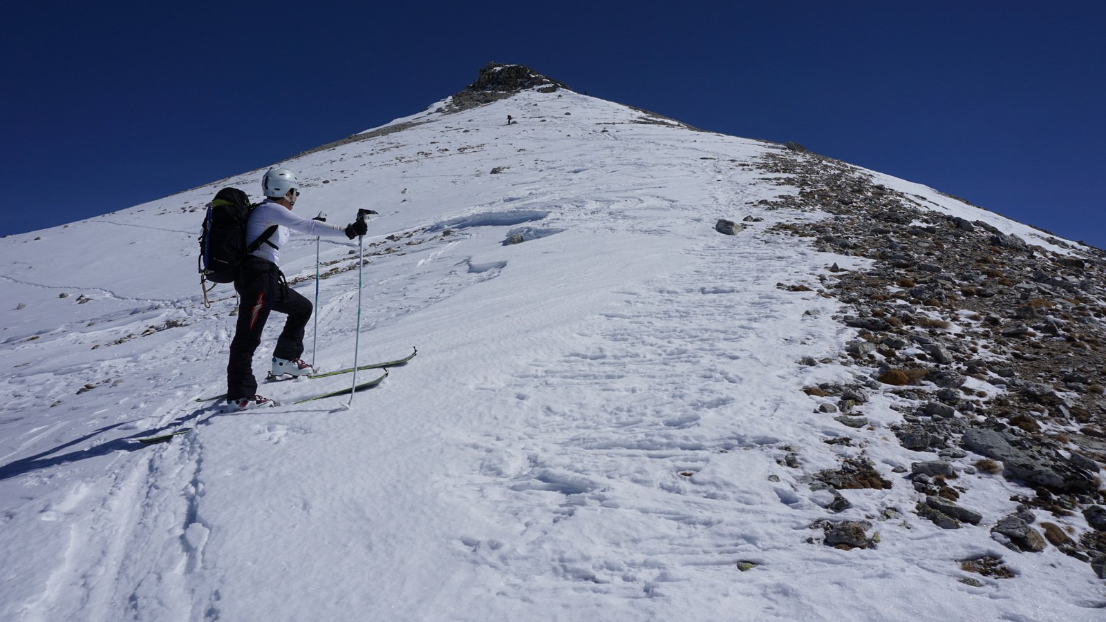 Quasi in vetta con gli sci