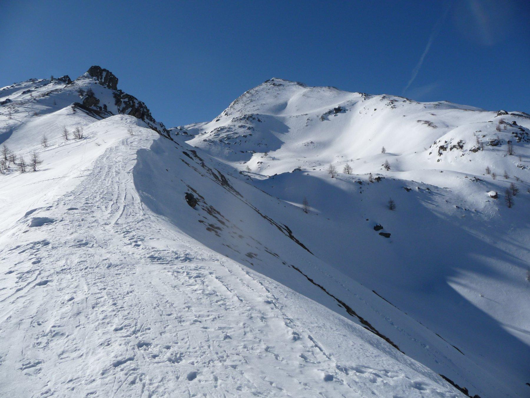 dal costone a 2250 m si vede Cima delle Lose a destra e la quota 2431 a sinistra