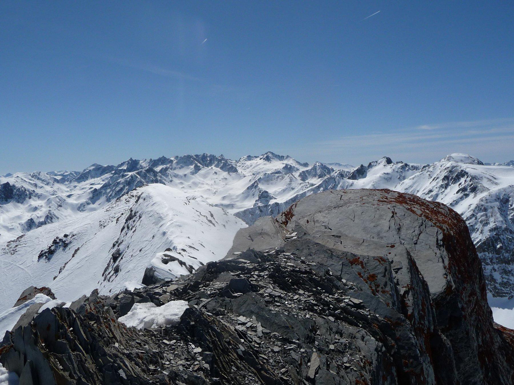 dal limitato spazio della cima, si vede l'anticima sud