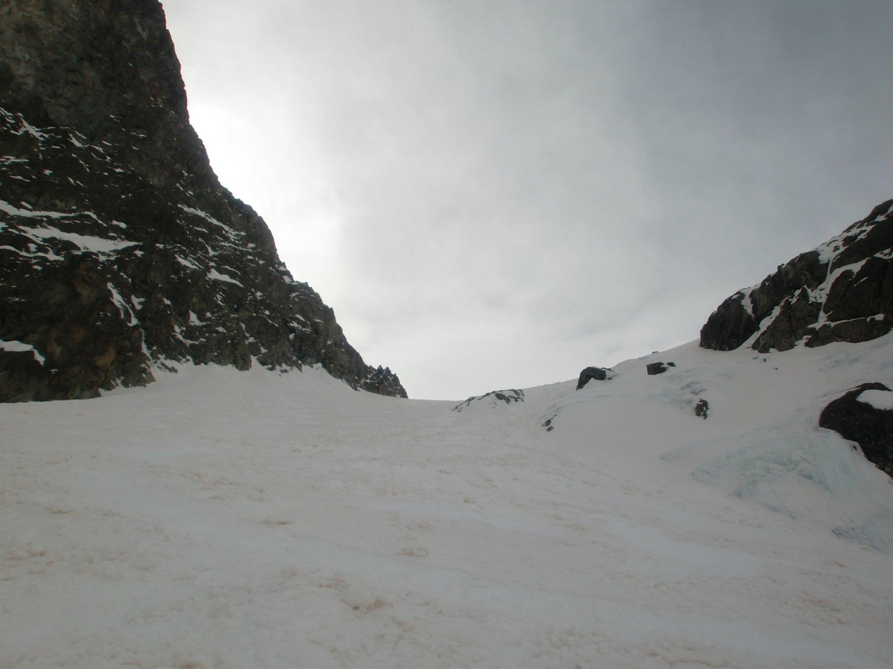 Neve trasformata sul pendio della cascata