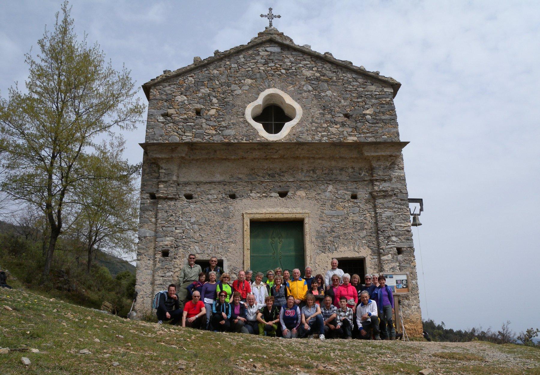 foto del bel gruppone alla Chiesetta di San Pietrino