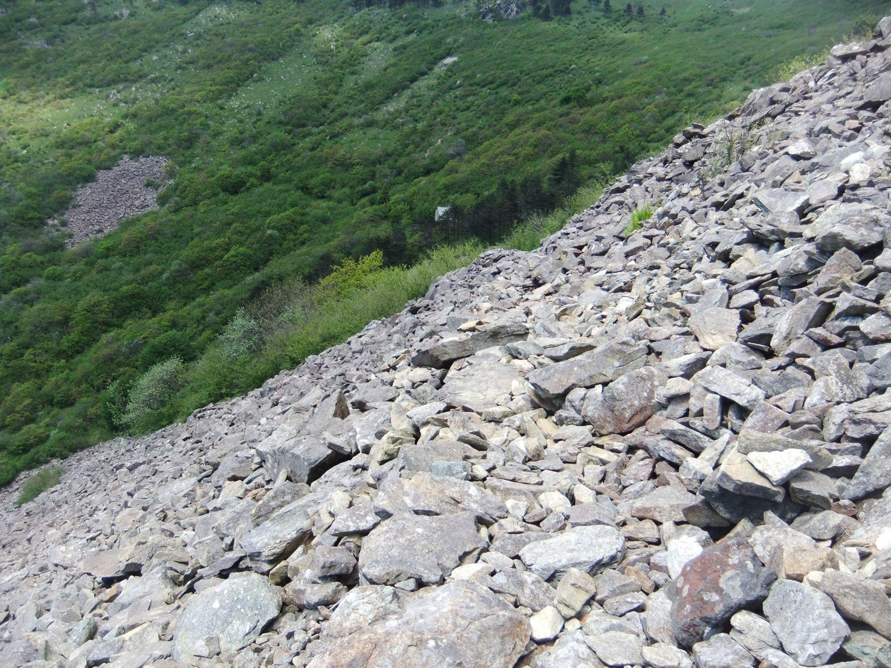 Nella pietraia verso il rifugio Padre Rino