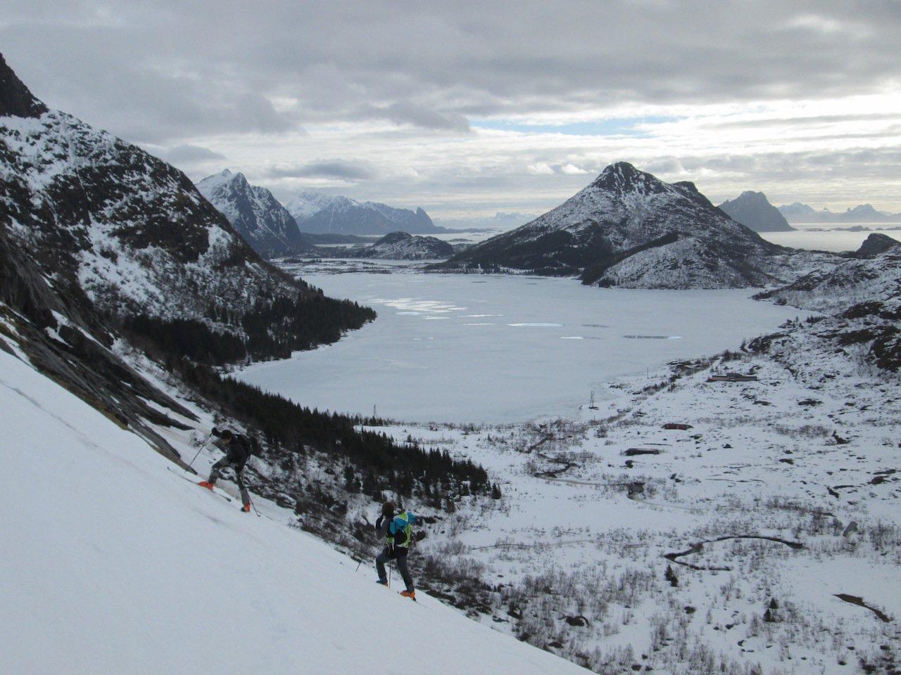 Salita dei ripidi pendii iniziali. Sullo sfondo il lago Stor-Kongsvatnet contornato dalla pista di fondo