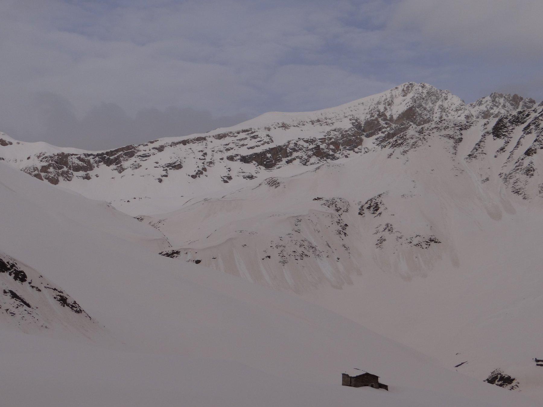 Distacchi diffusi di neve umida; in secondo piano il Monte Maniglia