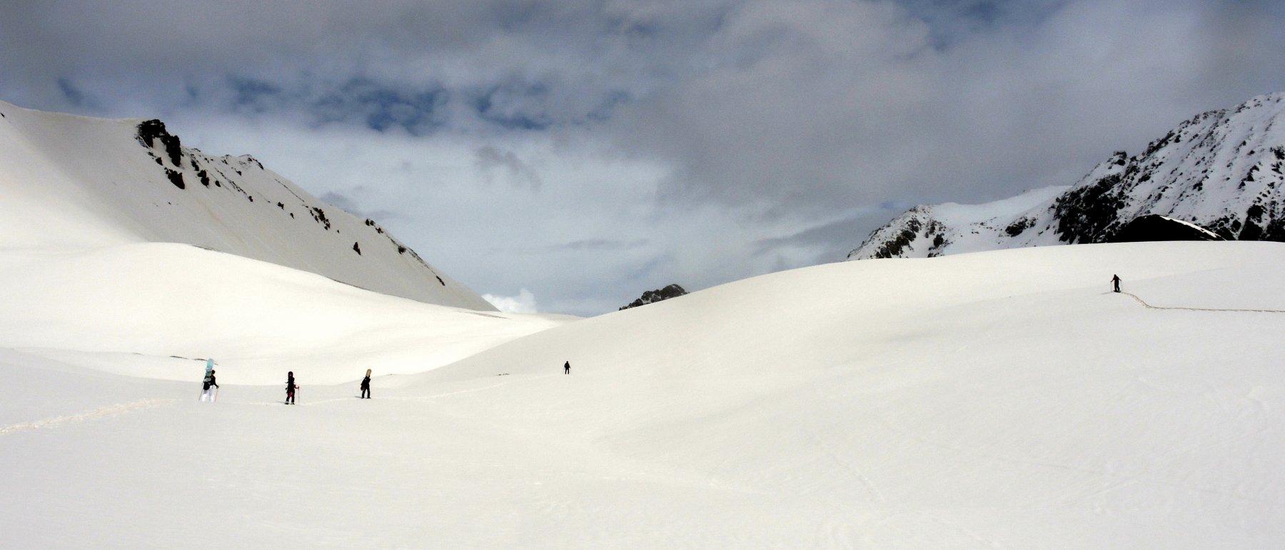 verso il colle, tra dune di neve