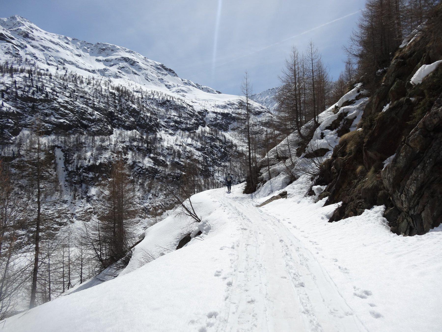la strada lungo la diga