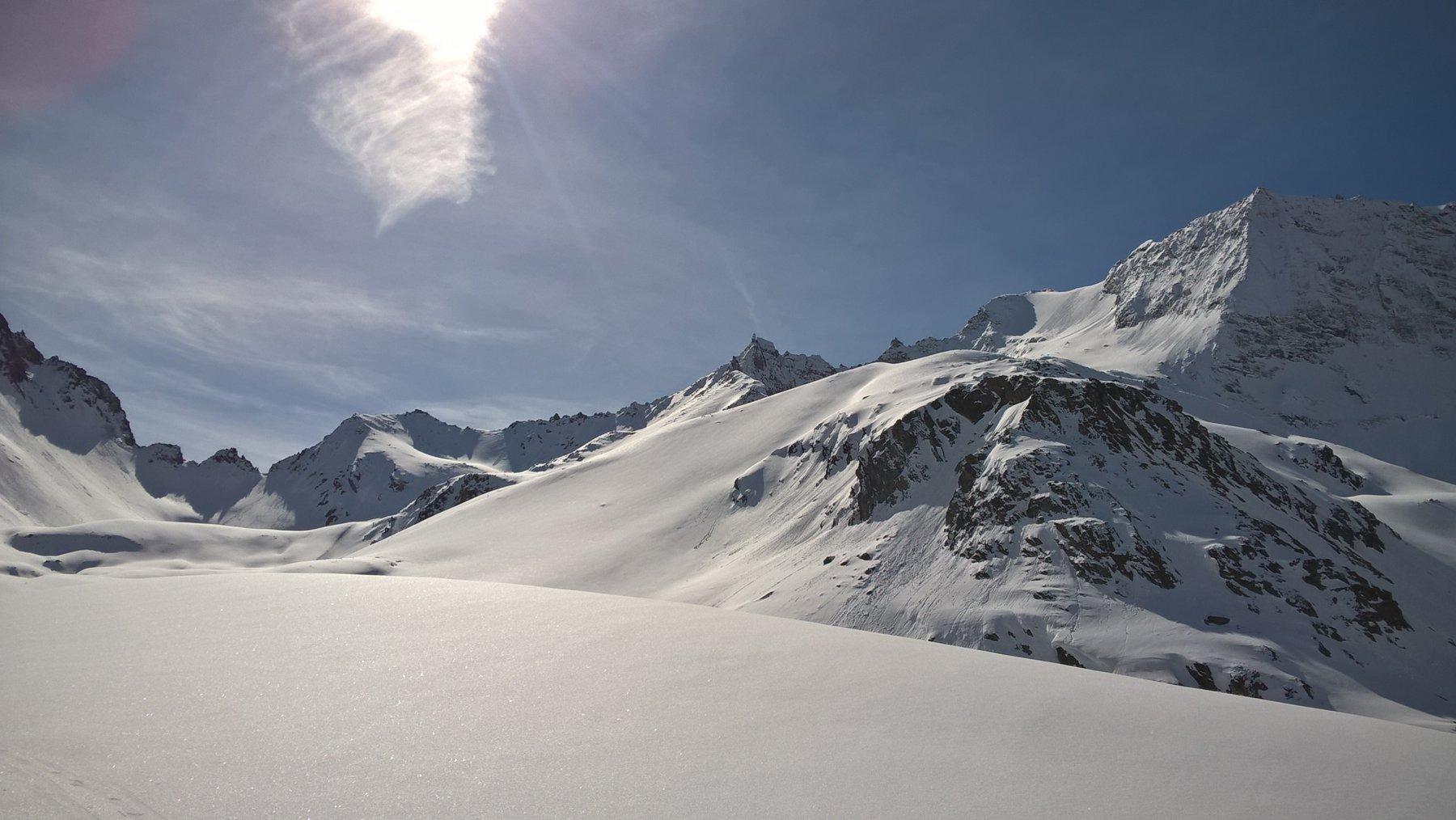 dall'ampio vallone centrale, sullo sfondo a sx il col Fenètre e a dx la Rabuigne