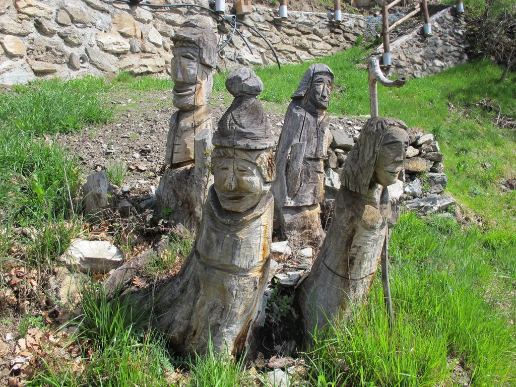Sculture nei pressi della frazione Monteyas
