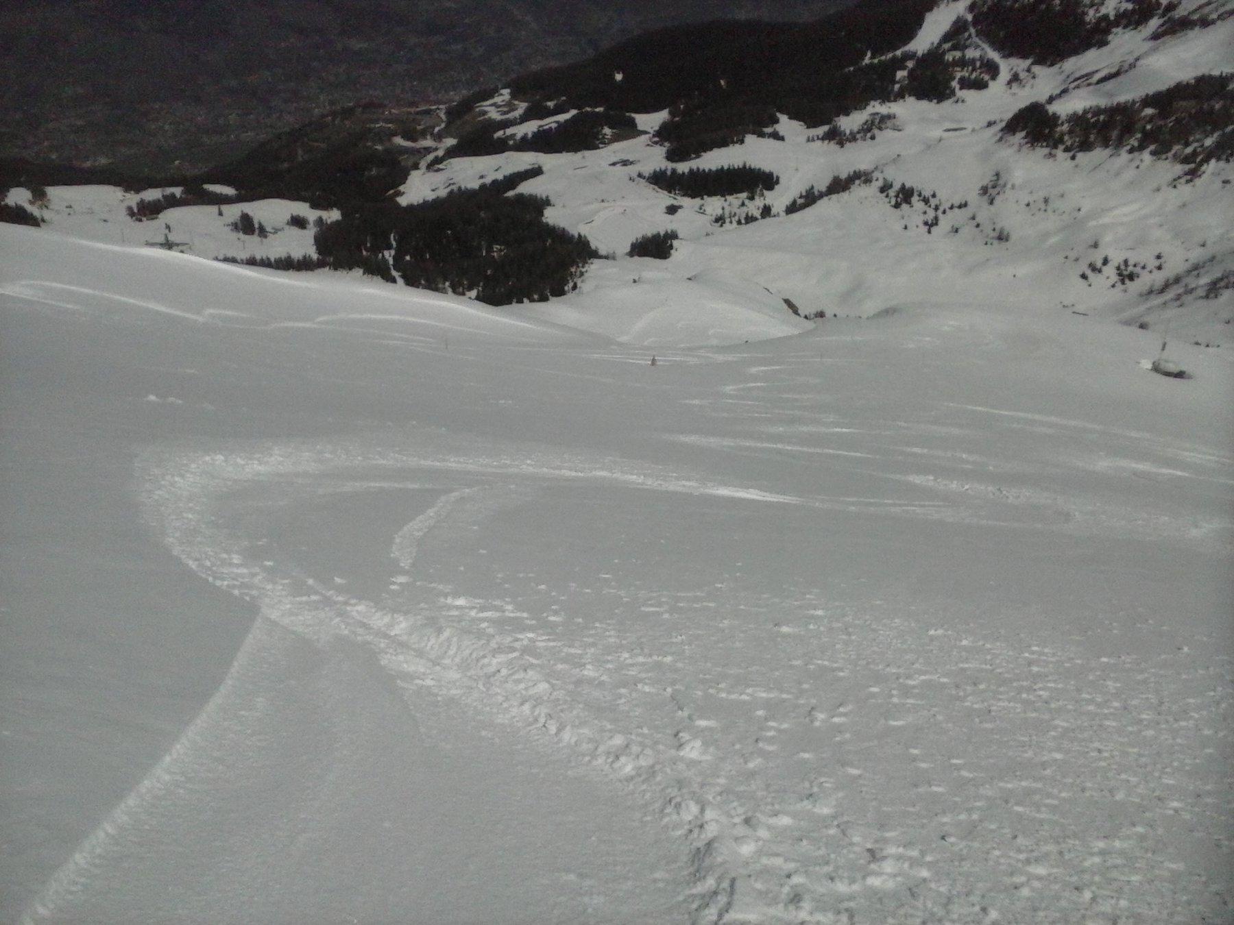 belle curve di discesa  in neve primaverile ottimale..