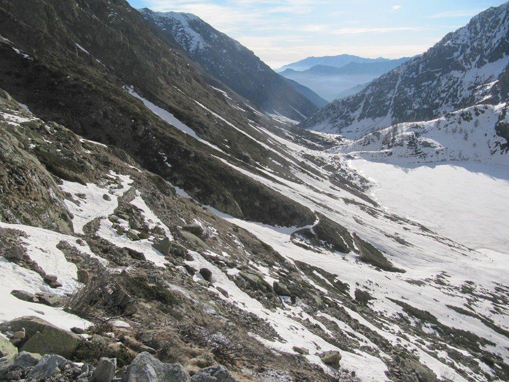 vista del primo tratto (sentiero appena tracciato dalla neve) e del rif. Livio Bianco