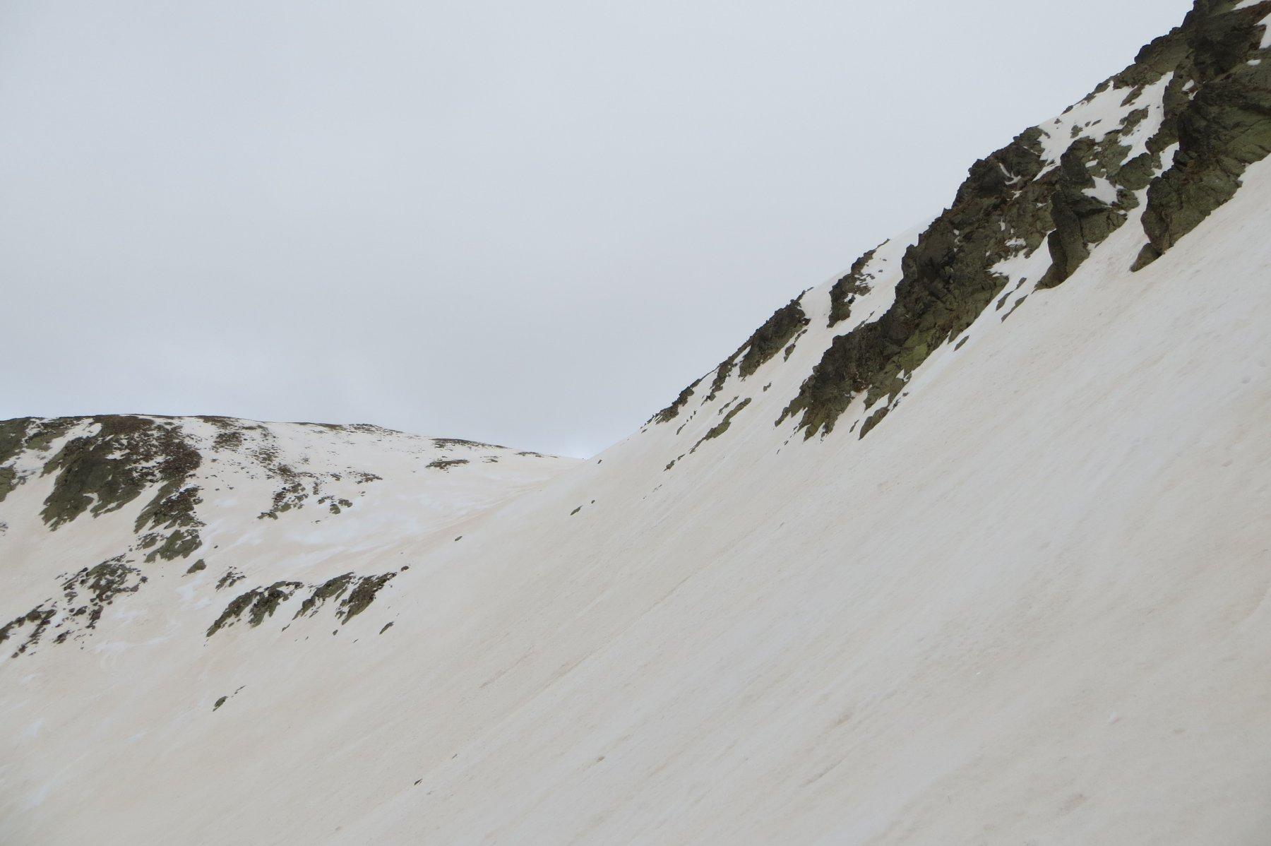 versante francese ESE per aggirare il tratto di cresta tra la cima Centrale e Orientale