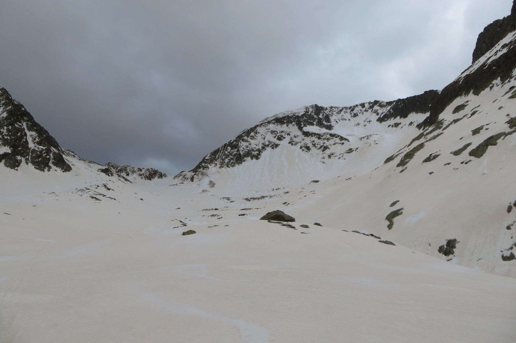 vallone della Guercia. A sinistra il colle, a destra la cresta E e a margine foto la Cima Est