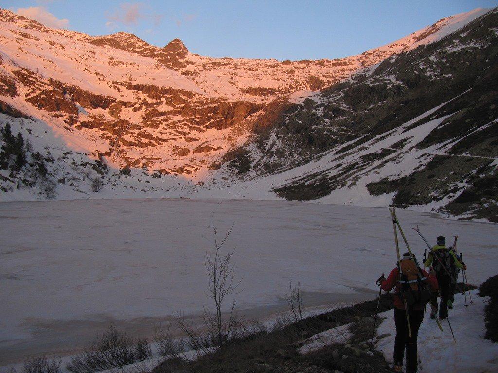 Alla partenza, vista del lago e del primo tratto lungo il sentiero estivo (fatto sci a spalla)
