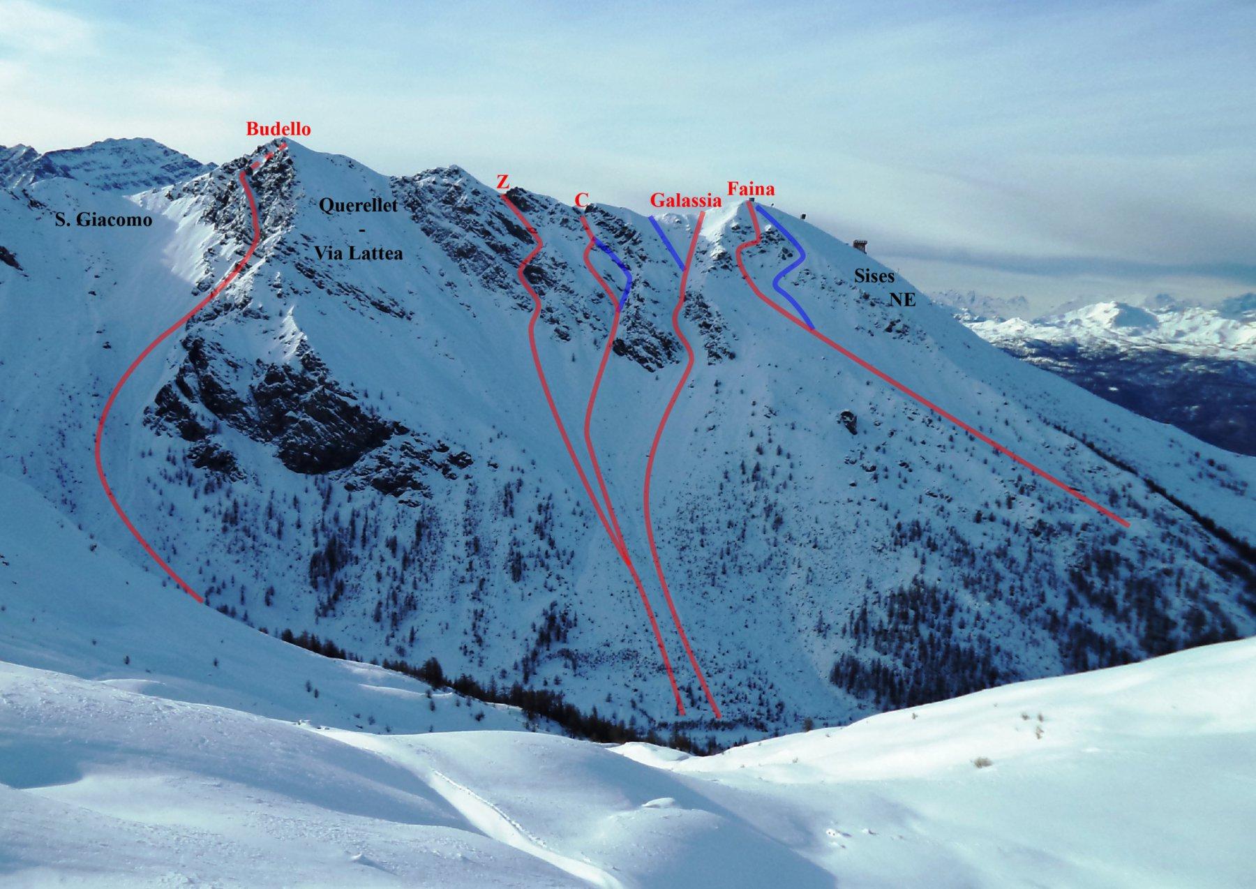 in rosso i canali qui descritti (in blu le varianti), in nero il nome degli itinerari della zona già presenti in altre relazioni