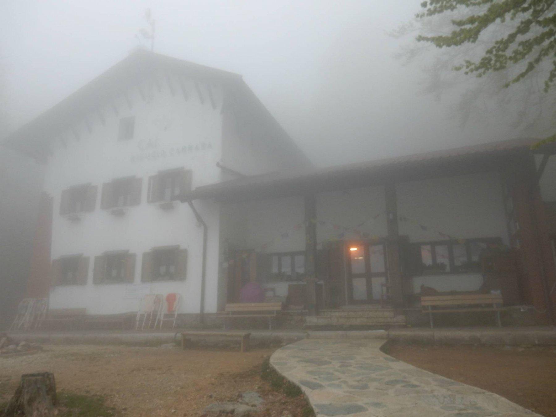 Arriviamo al Rif.Carrara in piena nebbia.