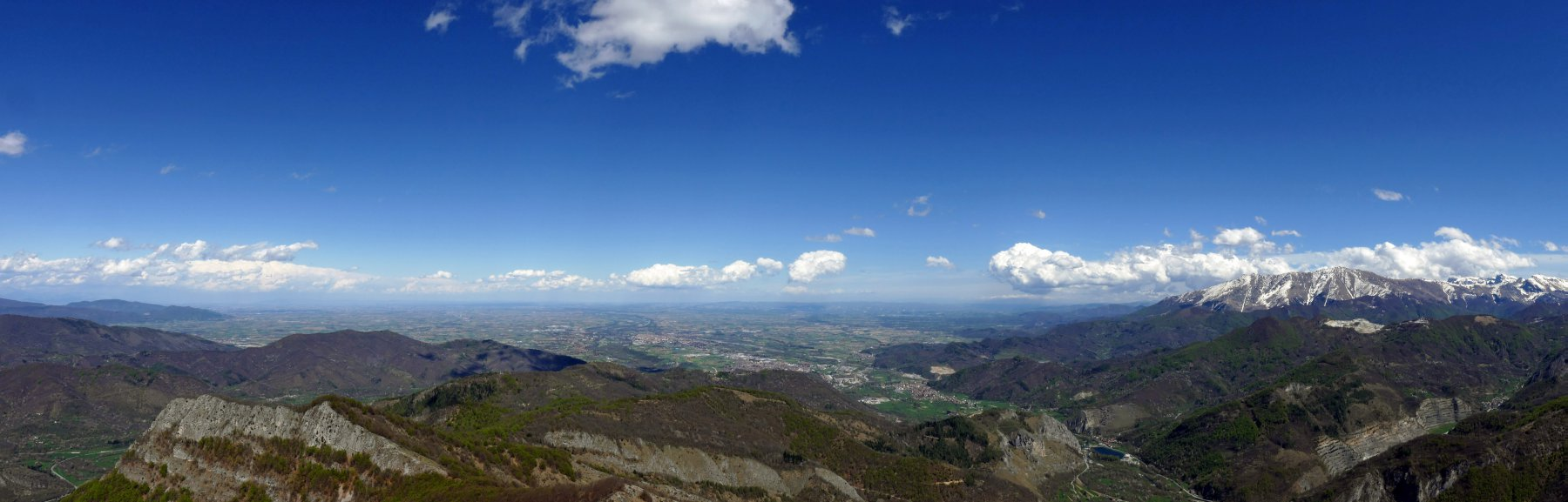 Panoramica dalla cima verso la pianura e la Bisalta