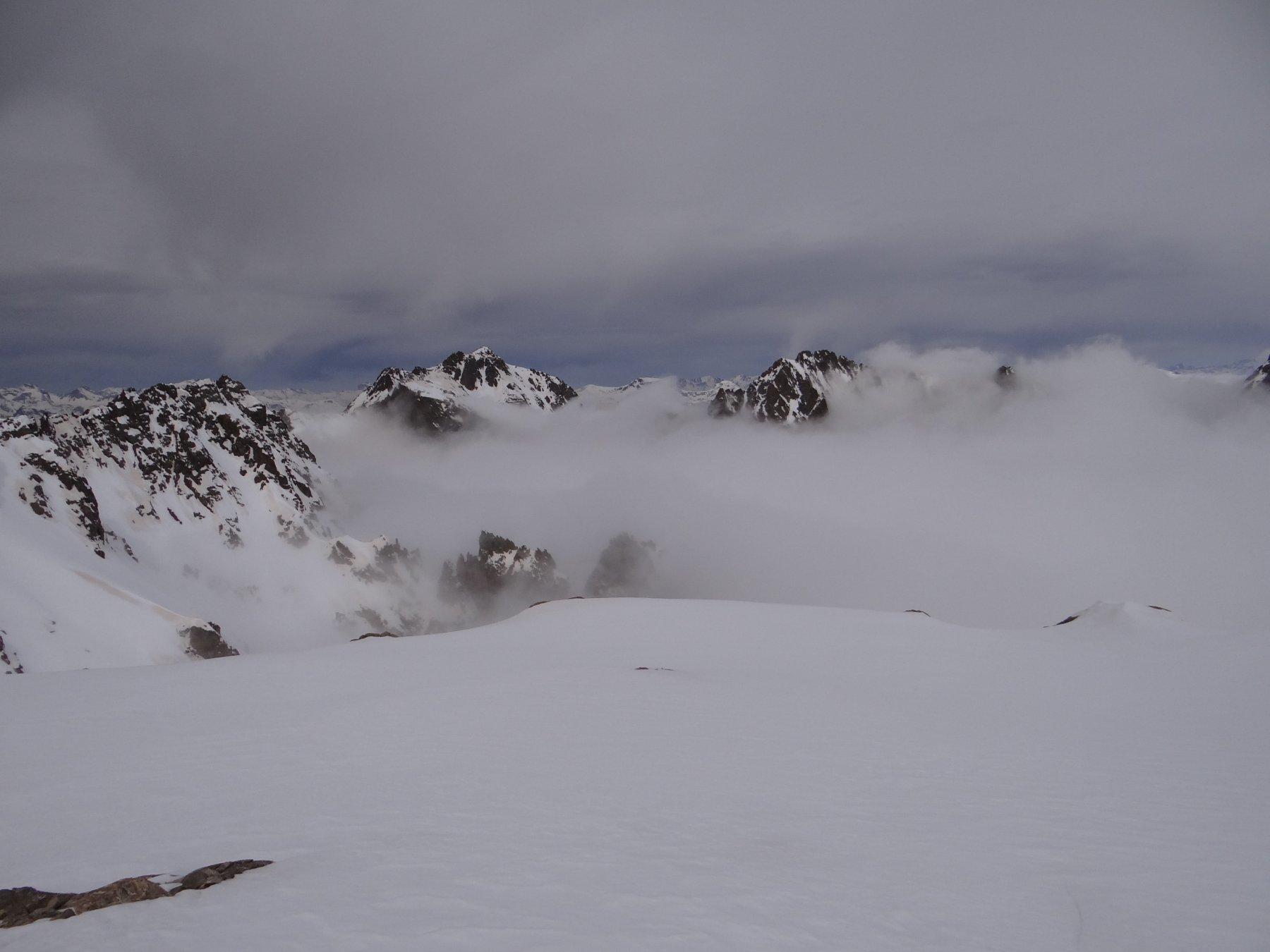 In uscita dal canale che porta direttamente alla Testa del Vallone si buca lo strato di nubi, uno sguardo verso le Cime di Vens e il Clai