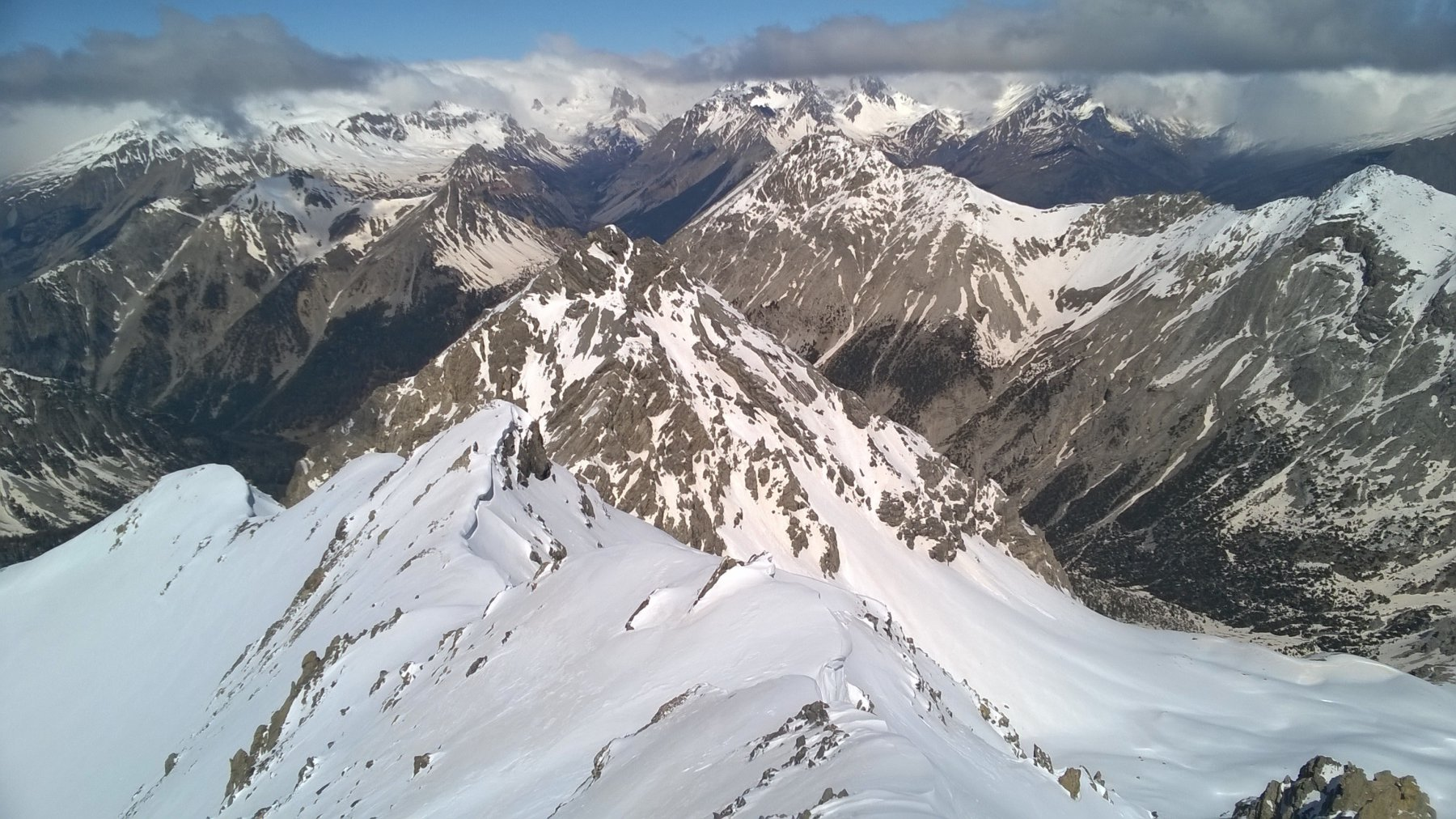 D'infilata la V. Stretta coi Serous, più vicine G. Rossa, Re Magi e Charrà. In primo piano Roche des Près.