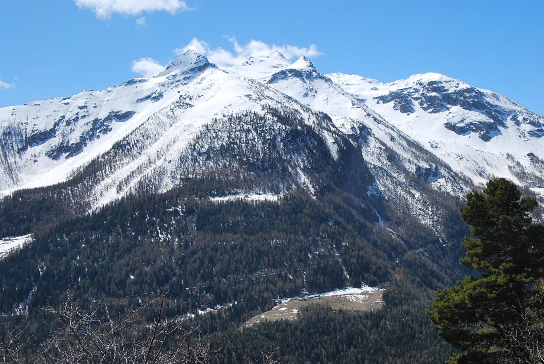 Visti dalla vetta: gli alpeggi del Pileo (in basso) con (da snx a dx): Becca del Merlo, Gran Revers, Becca di Tos e Becca di Verconey