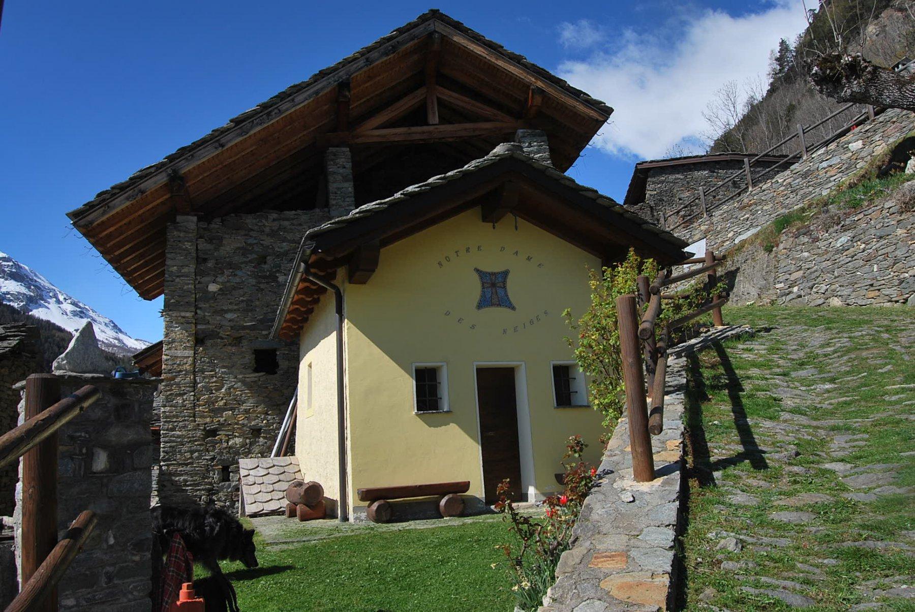 L'arrivo a Baise Pierre, alla ristrutturata chiesetta della Madonna delle Nevi