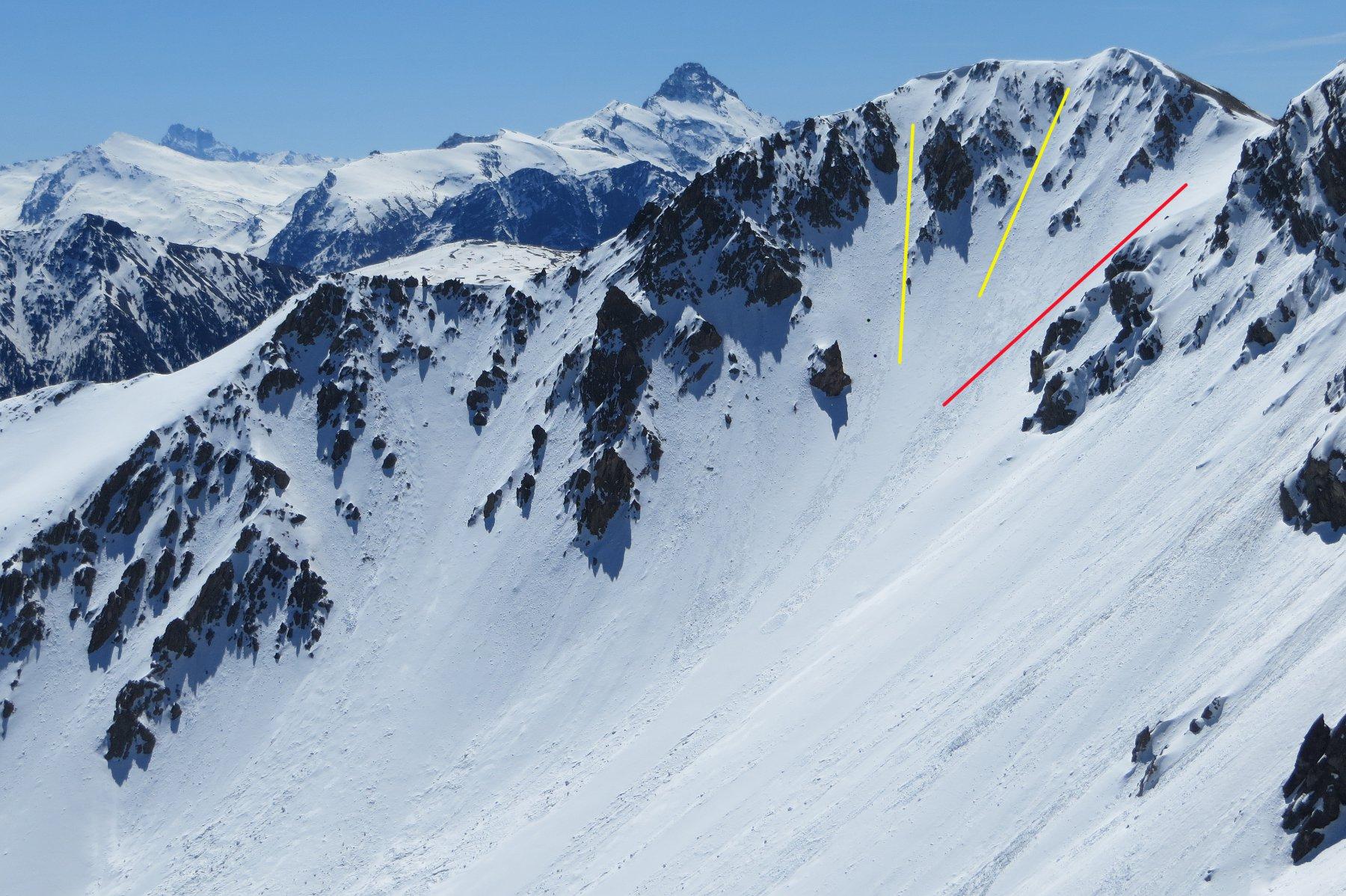 Couloir N de La Grande Peyrolle. In rosso l'uscita al colle 2600, in giallo le uscite più ripide a sinistra della cima