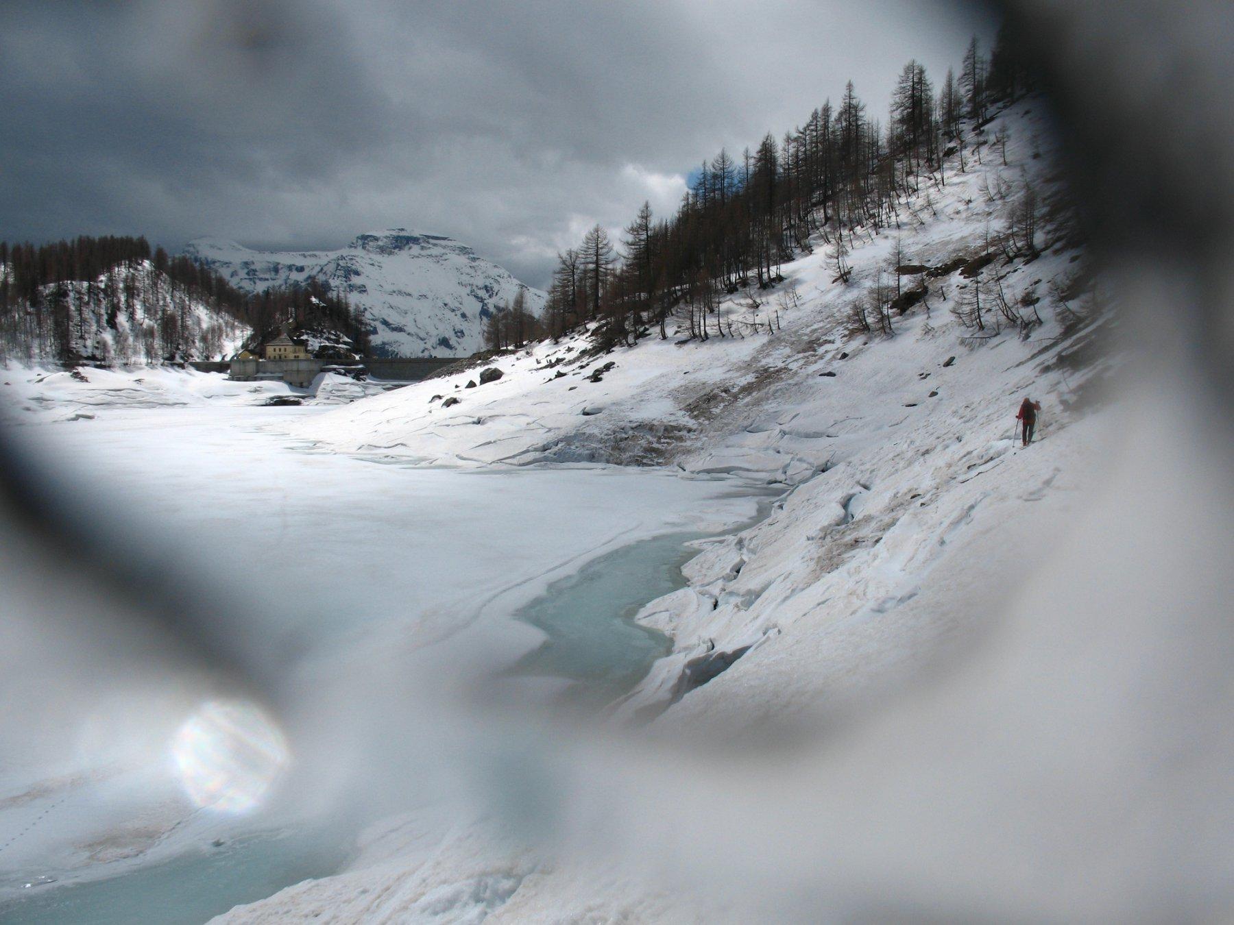 Disgelo sul Lago Devero. Dietro il Diei e il Cistella.