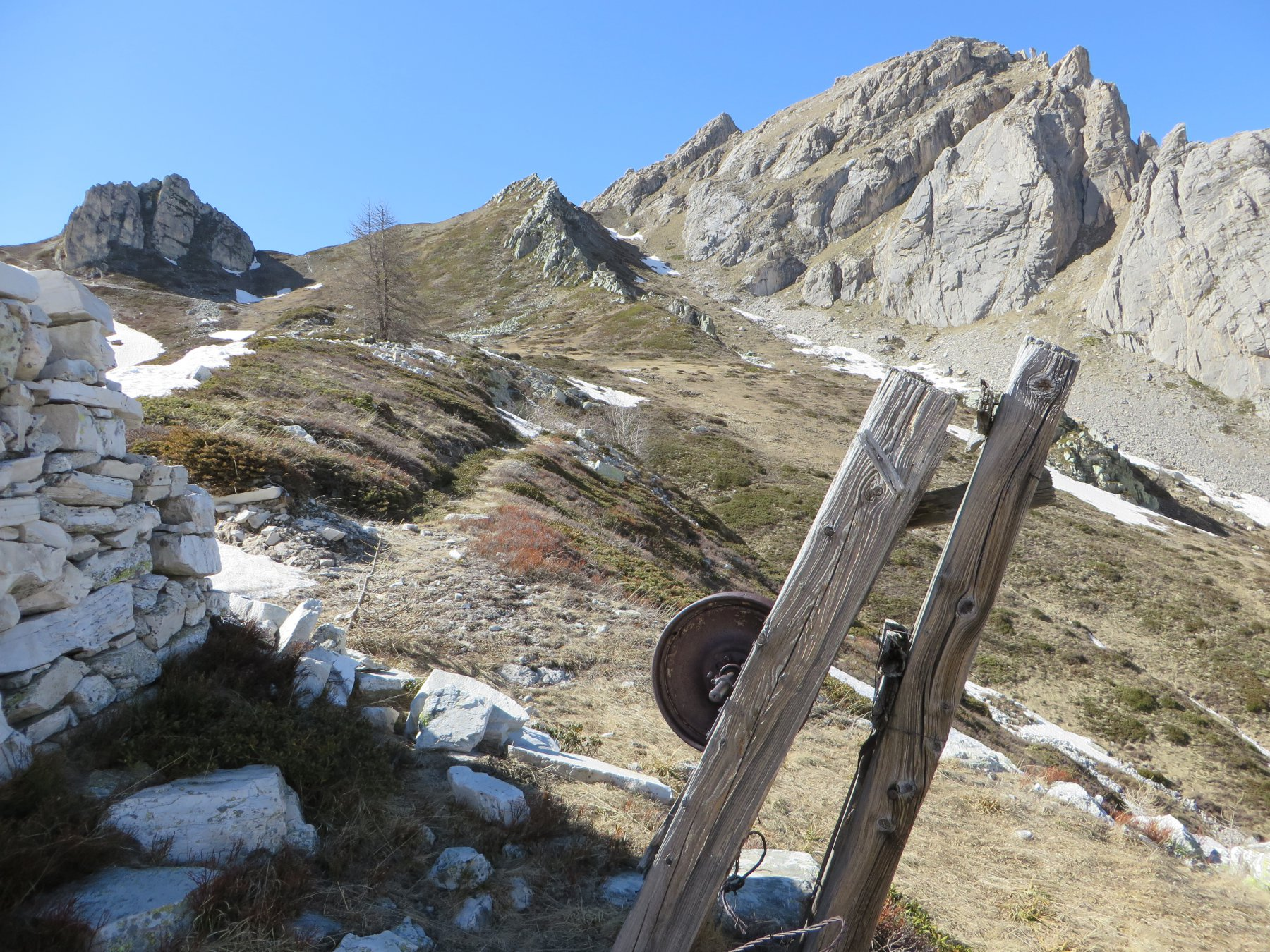 Scendendo uno sguardo alla Rocca Parvo e al Gendarme