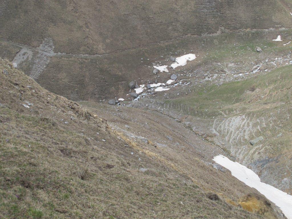 In discesa sul costone, in basso il torrente e poco sopra il sentiero balcone