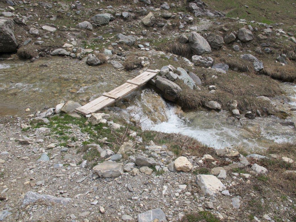 La passerella sul torrente prima della risalita al sentiero balcone