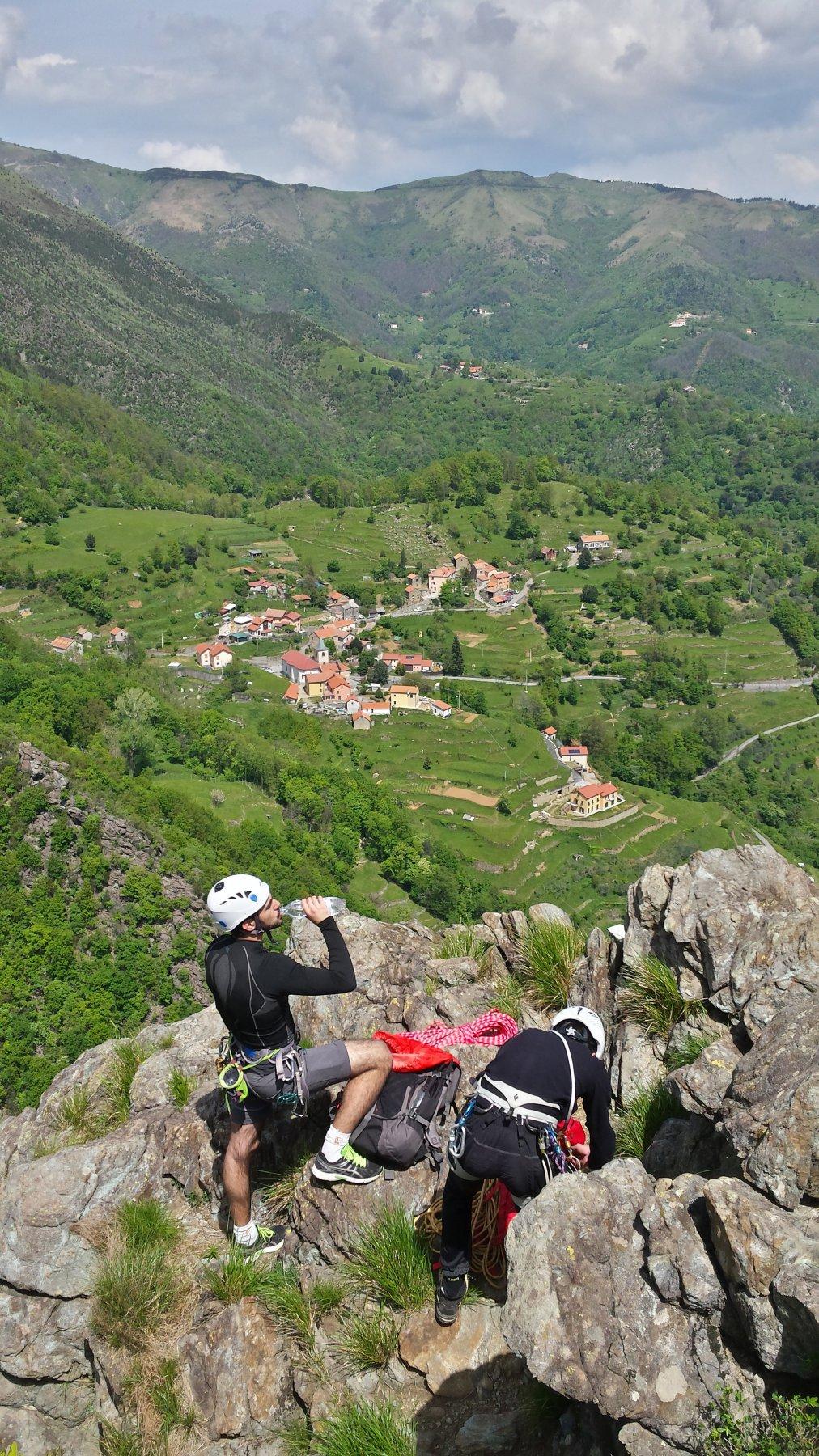 In vetta alla Rocca, Sambuco sotto di noi.